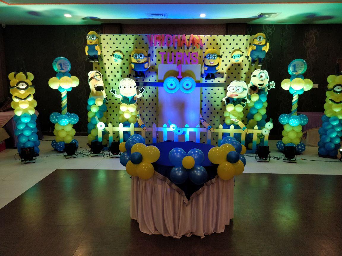 minion wall drop balloon decoration