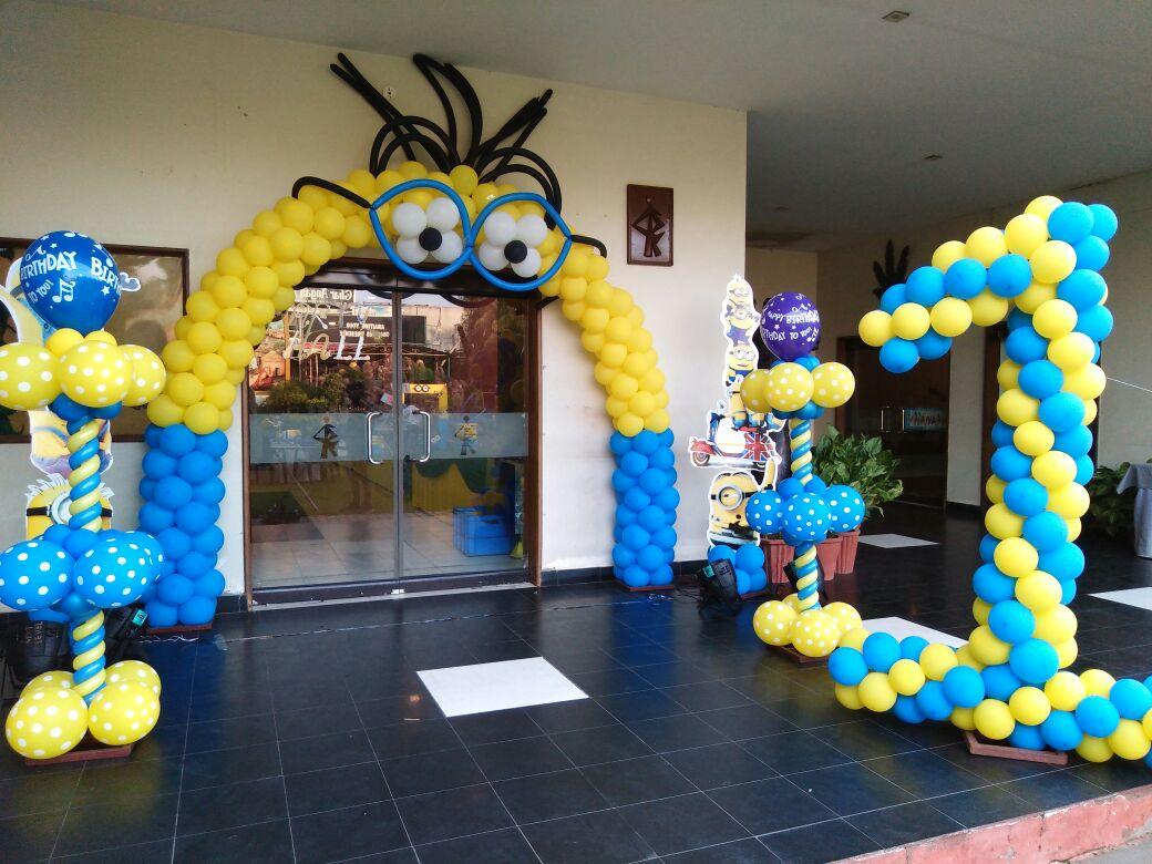 Entrance arch minion balloon decoration